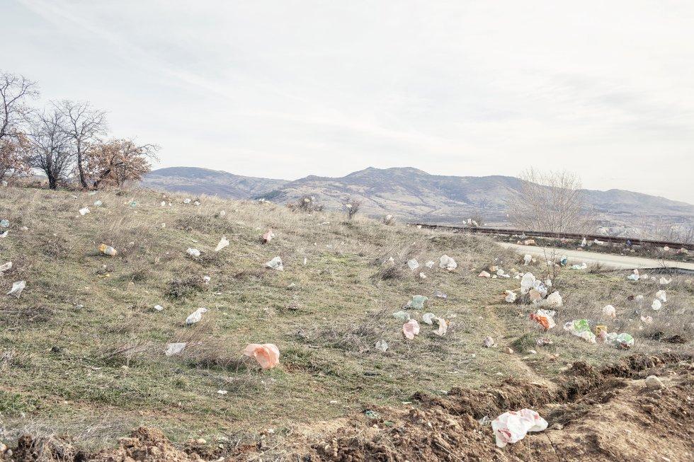 En los días de viento, los plásticos de los vertederos vuelan e invaden los campos cercanos. Según datos sobre contaminación atmosférica de la Agencia Europea de Medio Ambiente, Skopje, Bitola y Tetovo se encuentran entre las ciudades más contaminadas de Europa. En Bitola, la polución del aire se puede atribuir principalmente a la quema de basura al aire libre y a las emisiones de la central eléctrica de carbón de propiedad estatal Combinado de Minería y Energía, situada en el municipio de Novaci, cerca de la frontera con Grecia. La planta suministra aproximadamente el 70% de la electricidad de Macedonia del Norte quemando lignito, una variedad de carbón de baja calidad altamente contaminante. Cuando el viento sopla con fuerza, las cenizas volantes se dispersan por el aire y se convierten en una amenaza para la salud de los trabajadores de la central y la población local.