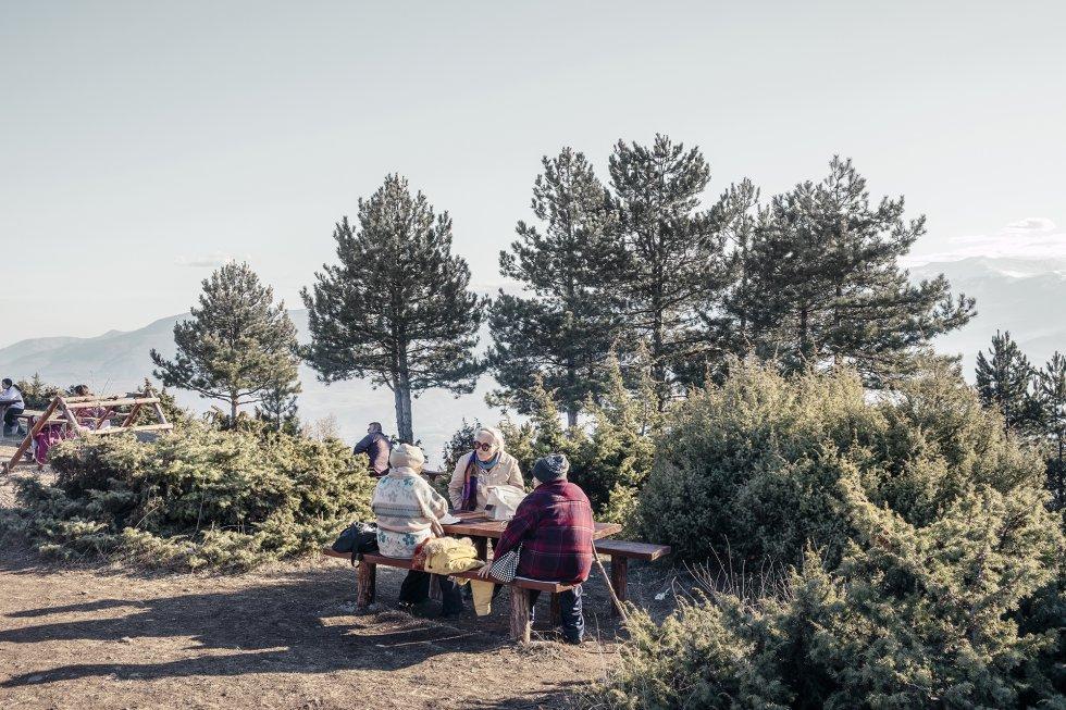 """Los fines de semana, los habitantes de Skopje suelen escapar de la contaminación de la capital marchándose al monte Vodno. La montaña es un destino popular para el senderismo y las excursiones de un día, conocido en la zona como los """"pulmones verdes"""" de la ciudad por su aire limpio y frío. Debido al cambio climático, el invierno de 2020 fue uno de los más cálidos de los últimos años.     Según un informe del Programa de Naciones Unidas para el Desarrollo (PNUD), la contaminación del aire sigue pasando factura a la salud de los habitantes de Skopje, y en particular a los grupos de población más vulnerables, como las personas con enfermedades crónicas, los niños y los ancianos. El 45% de los hogares de la ciudad se calientan con leña. La quema de este material es una de las formas más contaminantes de calefacción, pero las familias más pobres hacen arder materiales aún más peligrosos que pueden provocar enfermedades respiratorias. El Gobierno de Macedonia del Norte ha decidido instalar un gasoducto para llevar gas a las casas, modernizar el sistema de calefacción doméstico y reducir la contaminación. El recorrido del gasoducto Skopje-Tetovo-Gostivar atraviesa el parque forestal de Vodno. Los ecologistas están en contra del paso del conducto por la montaña, y advierten de que causaría daños irreversibles a su valioso ecosistema."""