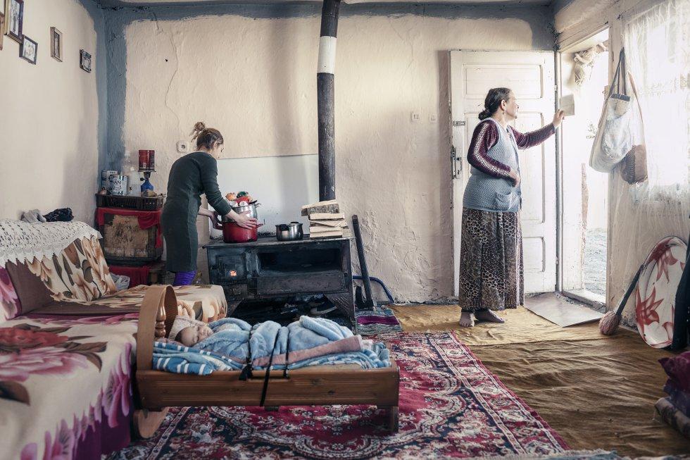 Naza, de 51 años, tiene nueve hijos y se gana la vida mendigando en las calles. Su hija Sanie, de 18 años, tiene un bebé a la que puso de nombre Naza, por su abuela. En Macedonia del Norte, la gente sin recursos suele quemar leña de baja calidad, telas, plásticos y basura para calentar sus casas en invierno debido a la falta de suministro estable de gas y a que la electricidad es muy cara. Según la página web UE Research Result, este sistema obsoleto de calefacción es una de las principales causas de la contaminación atmosférica del país. En Tetovo, la concentración de partículas PM 2,5 supera 8,1 veces el umbral de inocuidad, que las recomendaciones de la OMS sitúan en menos de 19 microgramos por metro cúbico de aire (µgm3). Según la ONG Eco Guerrilla, la concentración de partículas nocivas PM 10 ha disminuido un 41% desde que la fábrica Jugohrom, cercana al pueblo de Jegunovce, cerró en 2017. Los ecologistas informan de que en la fábrica se quemaba basura procedente del extranjero, igual que en muchas otras del país.
