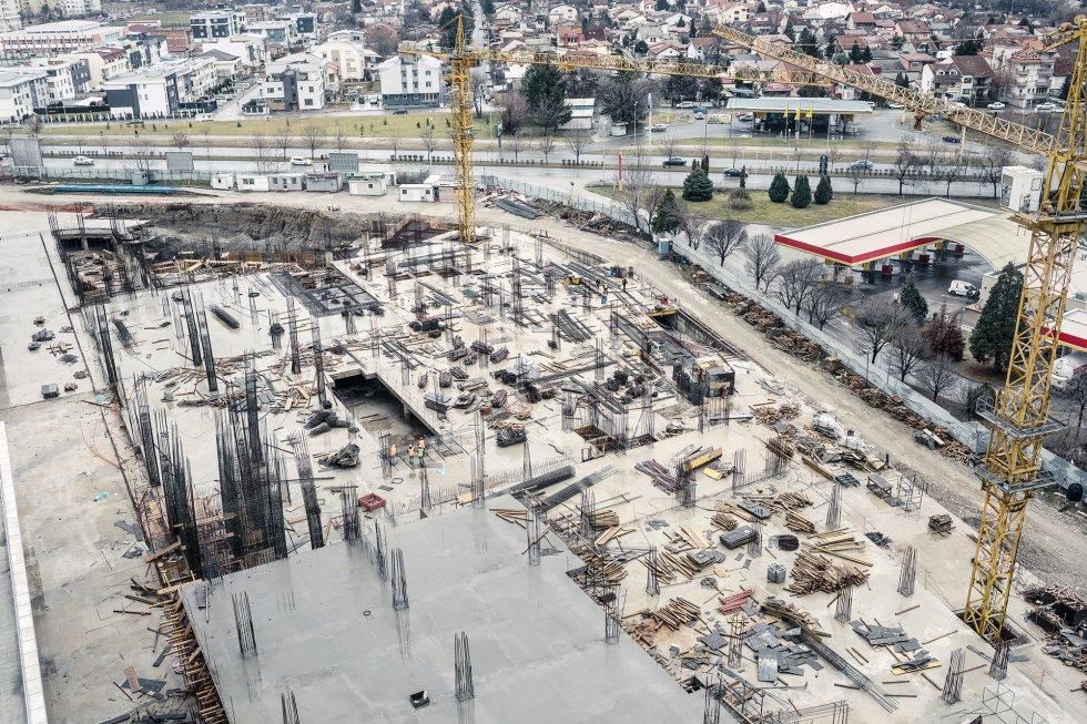 Vista de la construcción de un rascacielos por una empresa turca. Los apartamentos miden entre 60 y 80 metros cuadrados, y se venden a 1.300 euros el metro cuadrado. Muchos todavía no se han adjudicado. Según los activistas locales, la construcción de rascacielos impide la circulación del aire y retiene la contaminación.