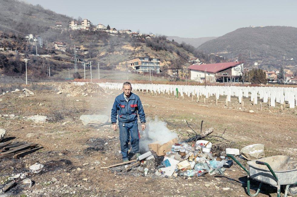 """Un empleado del Ayuntamiento de Tetovo quema basura en el cementerio musulmán, cerca del centro de la ciudad. Quemarla es una práctica muy corriente. La Organización Mundial de la Salud (OMS) considera la contaminación del aire una """"emergencia de salud pública"""", y señala que cada año provoca 8,8 millones de muertes prematuras, lo cual la convierte en un agente mortal peor que el consumo de tabaco."""