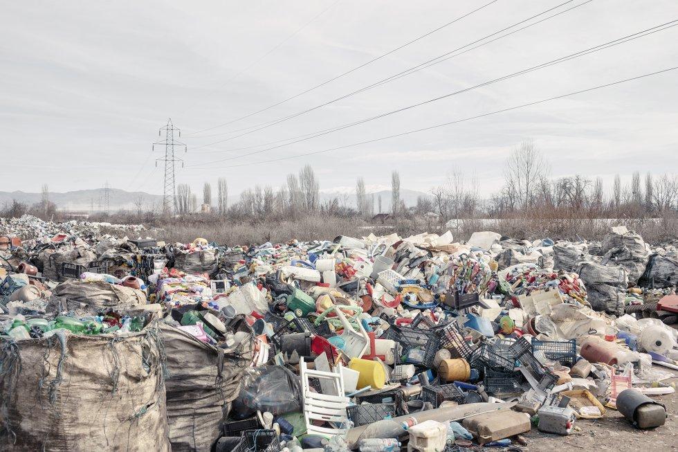 Centro de recogida de plásticos donde los ciudadanos, en especial la comunidad gitana, venden el plástico que recogen en las calles de la ciudad. En Europa, la mala calidad del aire constituye por sí sola la mayor amenaza medioambiental para la salud. La contaminación atmosférica de Macedonia del Norte se puede atribuir a las emisiones de las industrias de la época de la antigua Yugoslavia, a los gases de escape de los vehículos poco controlados, a la quema de basura al aire libre y a la calefacción doméstica.