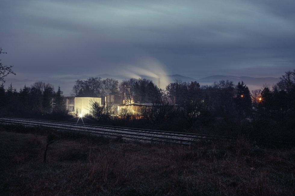 Vista nocturna del complejo Zalajazera, un gran polígono industrial en el que no se permite la entrada de periodistas. Según los ecologistas, en su interior hay instalaciones altamente contaminantes.