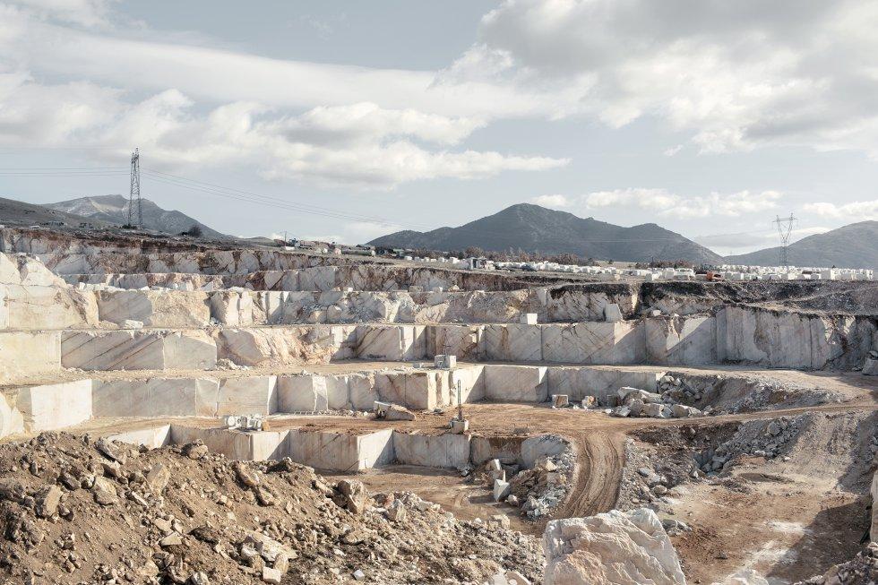 Cantera de mármol en Prilep. El mármol de Prilep se considera de gran calidad, igual que el mármol italiano de Carrara. Las canteras cortan las montañas y talan los árboles. La marmettola es un material producto del procesado del mármol altamente contaminante para los recursos hídricos.