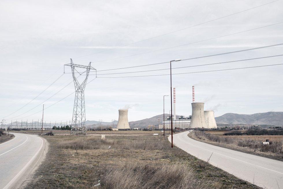 La central eléctrica de carbón Combinado de Minería y Energía suministra aproximadamente el 70% de la electricidad de Macedonia del Norte quemando lignito, una variedad de carbón de baja calidad altamente contaminante. Cuando el viento sopla con fuerza, las cenizas volantes se dispersan por el aire y se convierten en una amenaza para la salud de los trabajadores de la central y la población local.  rn La agencia de noticias local Makfax informó de que Petre Shilegov, alcalde de Skopje, había confirmado que unos 60.000 hogares consumían madera y carbón de baja calidad para la calefacción. La población utiliza incluso textiles, plásticos y basura para calentar las casas debido a la falta de suministro estable de gas y a los altos precios de la electricidad.