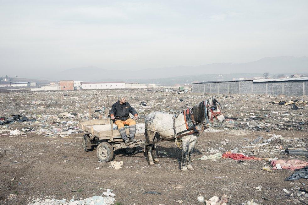 Abas, de 36 años, en un vertedero de Shukta. Antes vivía en Italia, donde trabajaba como carnicero. Los bajos ingresos medios (el salario mínimo es de 260 euros) y la pobreza energética son solo dos de los problemas responsables de la alta contaminación de Skopje. Otra de las causas es el emplazamiento geográfico de la ciudad en un valle rodeado de montañas que impiden que el aire contaminado se disperse.
