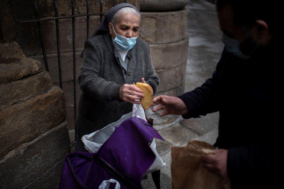 La religiosa gallega reparte comida por las calles de Ourense
