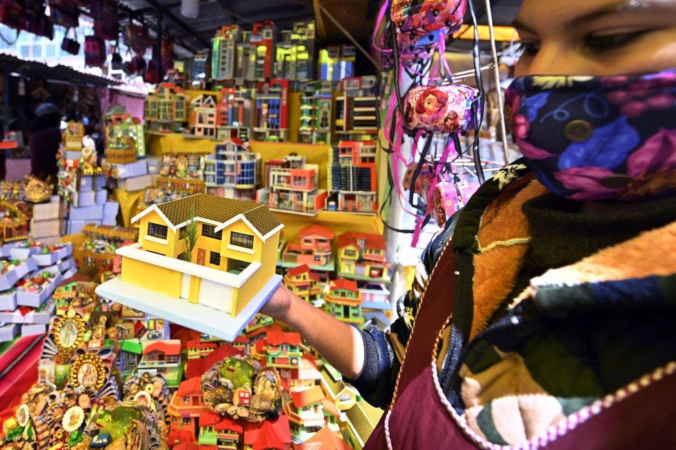 En la feria los bolivianos adquieren pequeños bienes, como casas, con la ilusión de que se harán realidad.