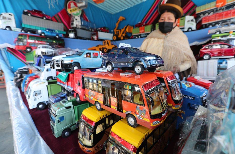 Los visitantes compran miniaturas de toda clase: dinero, automóviles, casas, materiales de construcción, ropa, electrodomésticos, comida.