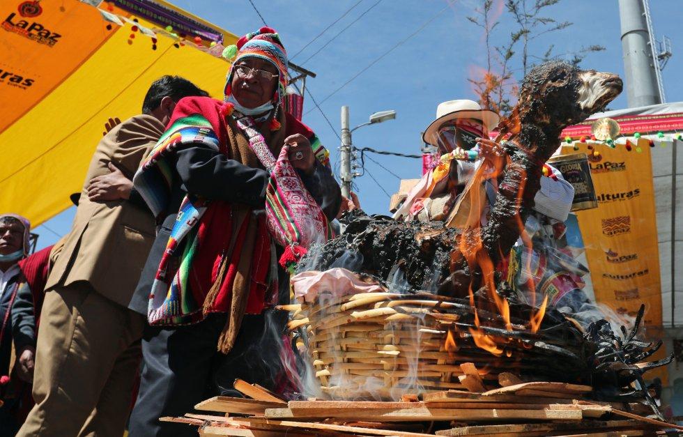Sacerdotes aimaras participan en la inauguración de la feria de la Alasita.