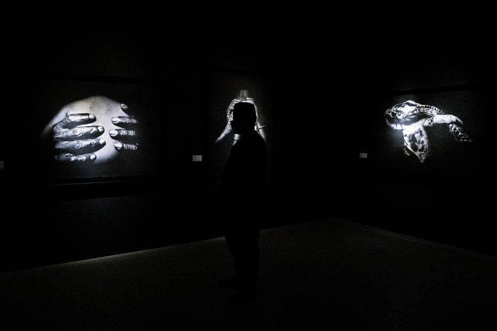 Fotografías en blanco y negro expuestas en 'Trilogía marroquí' de la artista Touhami Ennadre.