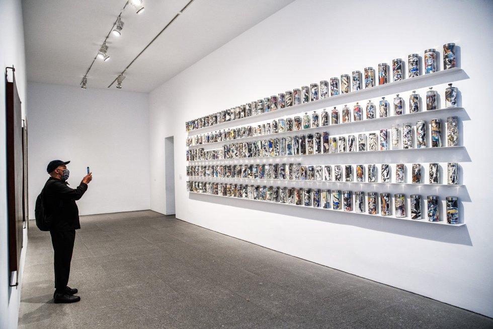 Buena parte de la obra de André Elbaz cabe en 184 urnas funerarias. El pintor trituró los cuadros y bocetos que conservaba en su domicilio y los introdujo en recipientes de cristal, declarando así el fin de la modernidad tras los atentados contra las Torres Gemelas de Nueva York.