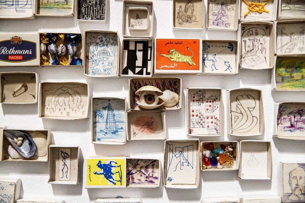 Instalación autobiográfica obra de Mohamed Larbi Rahhali, compuesta por varias decenas de cajitas de cerillas intervenidas con dibujos e inscripciones.