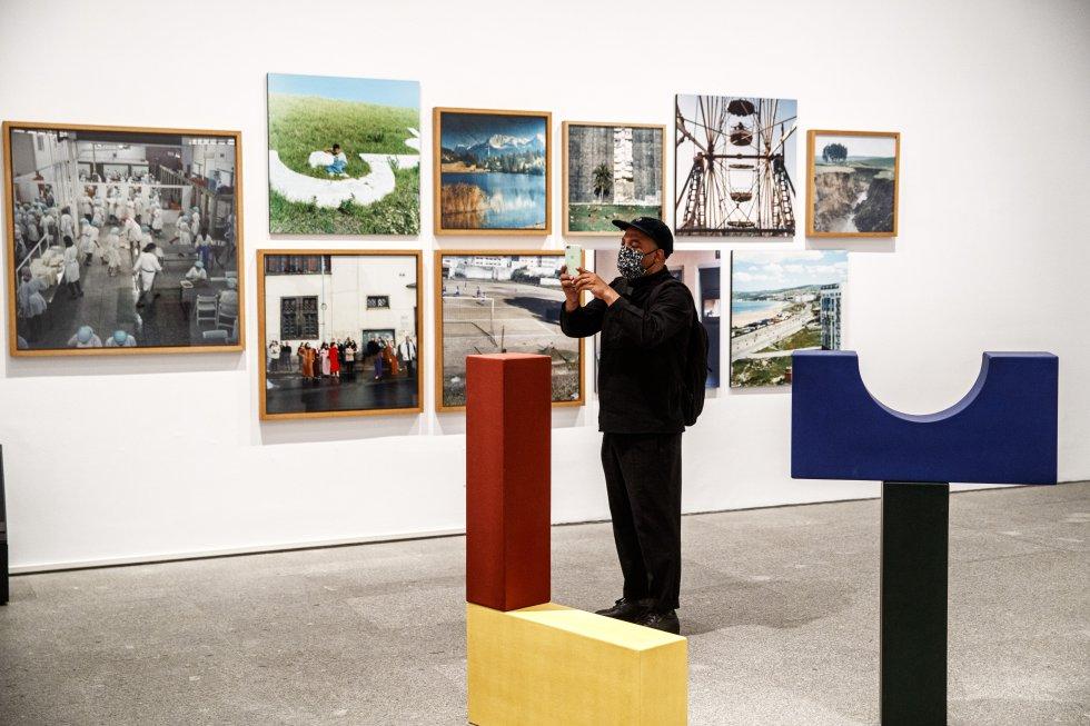 'Beau Geste' (2009), de la artista Yto Barrada, mezcla fotografía y escultura en la exposición 'Trilogía marroquí' del Reina Sofía.