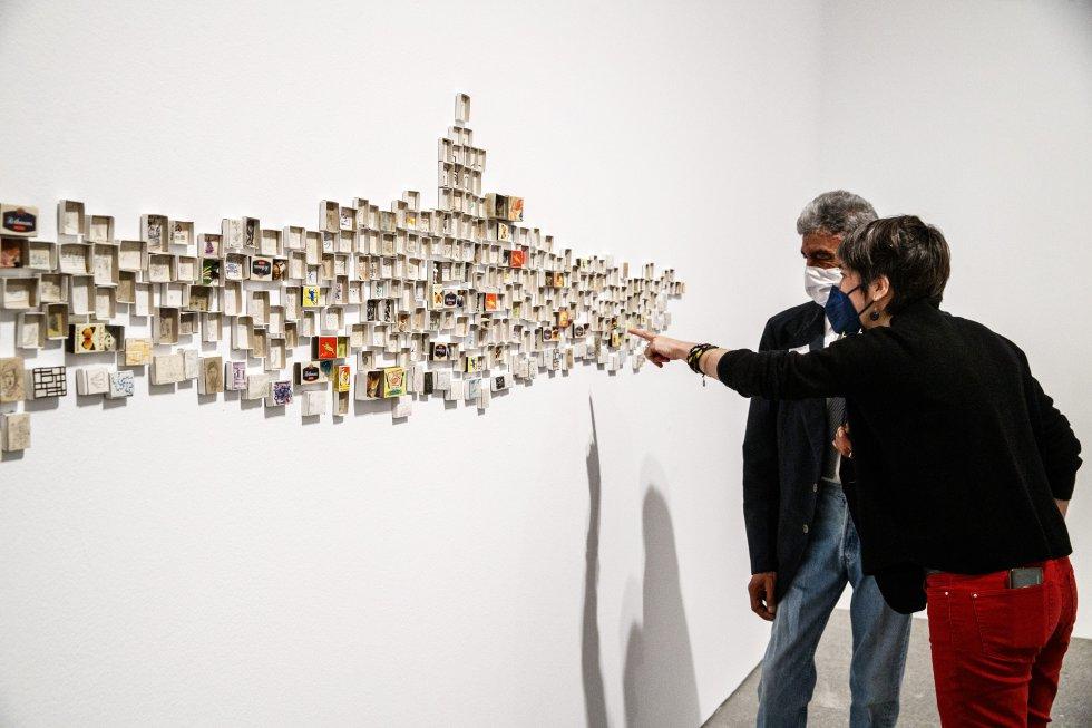 Mohamed Larbi Rahhali enseña su instalación 'Mi vida', compuesta con objetos encontrados a lo largo de tres décadas.