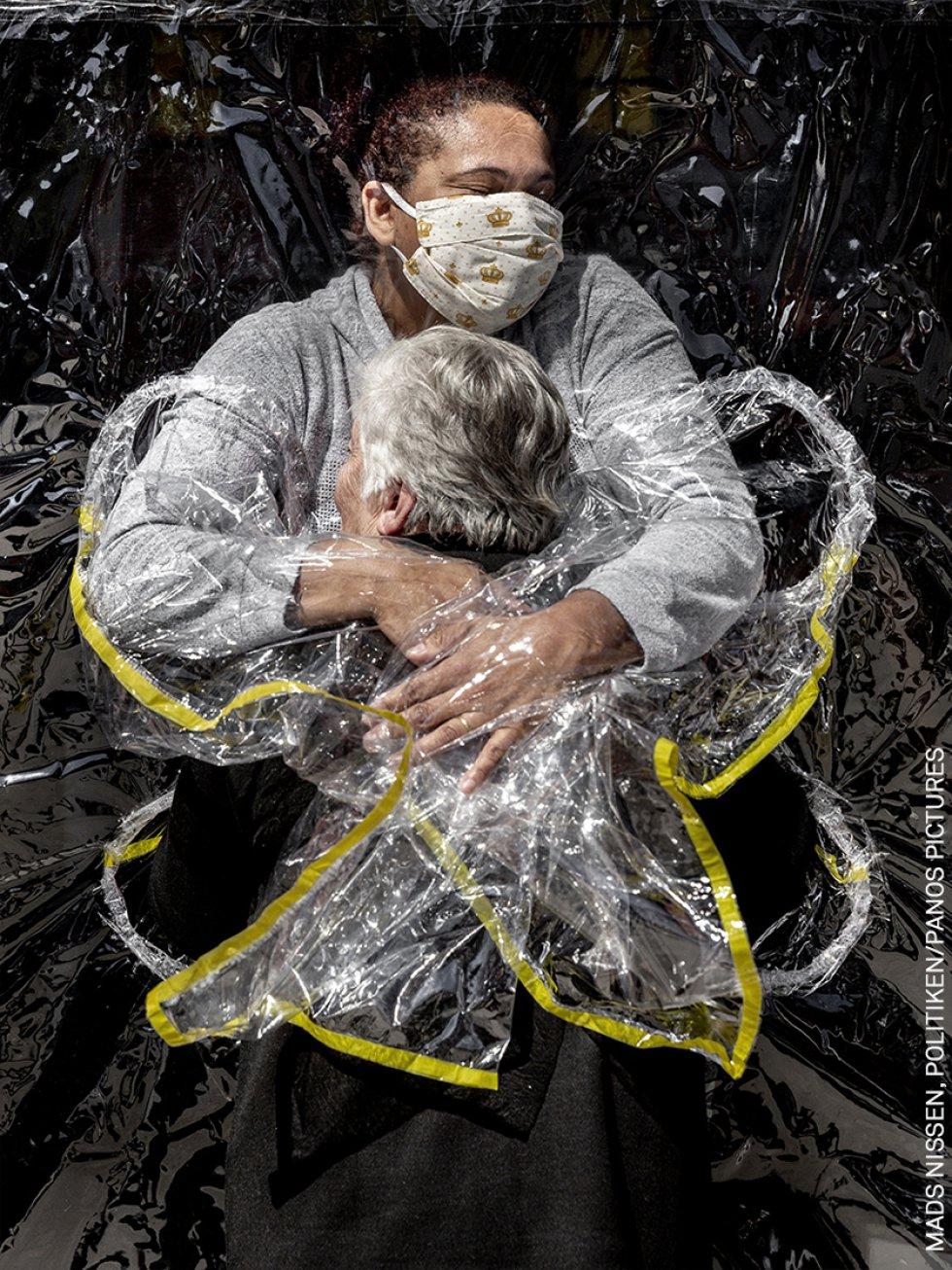 Rosa Luzia Lunardi (85 años) es abrazada por la enfermera Adriana Silva da Costa Souza, en la residencia Viva Bem, São Paulo, Brasil. Este fue el primer abrazo que Rosa recibió en cinco meses. En marzo, las residencias de ancianos de todo el país cerraron sus puertas a todas las visitas como consecuencia de la pandemia.
