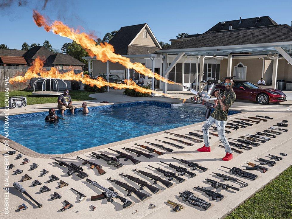 Torrell Jasper (35) utiliza un lanzallamas en el patio trasero de su casa en Schriever, Luisiana, Estados Unidos.