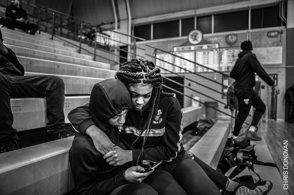 Dion Brown, junior de los Jaguars, con su novia Lakenya Thomas mientras ven un partido del equipo junior en un gimnasio casi vacío, en Flint, Michigan, Estados Unidos. El equipo de baloncesto Flint Jaguars de Flint (Michigan, EE UU) encarna los esfuerzos por fomentar la estabilidad, alentar el apoyo mutuo y fortalecer el espíritu comunitario en una ciudad que lucha por sobrevivir.