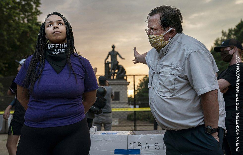 Un hombre y una mujer discrepan sobre la retirada del Monumento a la Emancipación, en Lincoln Park, Washington DC, Estados Unidos. El Monumento a la Emancipación muestra al presidente Abraham Lincoln sosteniendo la Proclamación de Emancipación en una mano, con la otra sobre la cabeza de un hombre negro en taparrabos, arrodillado a sus pies.