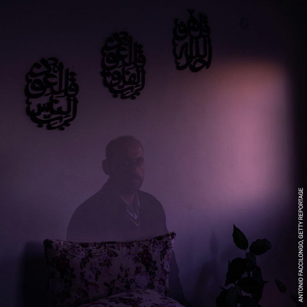 """Habibi, que significa """"mi amor"""" en árabe, narra historias de amor con el telón de fondo de uno de los conflictos más largos y complicados de la historia moderna, el palestino. La fotógrafa pretende mostrar el impacto del conflicto en las familias palestinas y las dificultades a las que se enfrentan para preservar sus derechos reproductivos y su dignidad humana."""