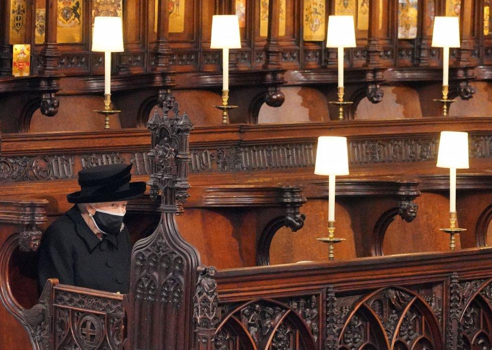 La reina Isabel II, de riguroso luto y con mascarilla, en la capilla de San Jorge del castillo de Windsor durante la ceremonia de despedida de su esposo.