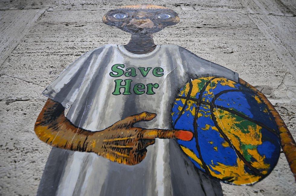Países como Japón, Canadá o Argentina han puesto sobre la mesa nuevos objetivos de recorte de emisiones. En la imagen, mural con la imagen de E.T. de la película de Steven Spielberg, del artista callejero Harry Greb, en el centro de Roma (Italia), este jueves.