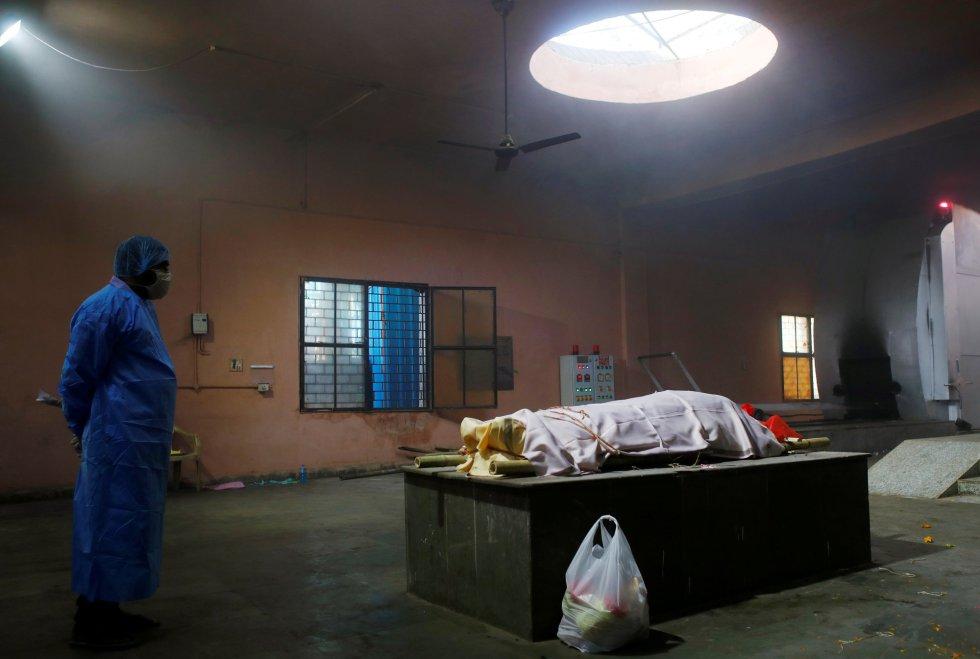 El Gobierno de la India autorizó este sábado la excepción de aranceles sobre el suministro de oxígeno, las vacunas anticovid y los tratamientos médicos relacionados con la enfermedad. En la imagen, el cuerpo de una fallecida por coronavirus antes de su cremación en Nueva Delhi, este sábado.