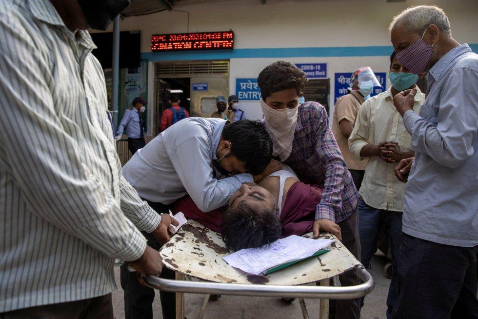Varios familiares lloran ante el cuerpo de Shayam Narayan tras fallecer por covid en el hospital Guru Teg Bahadur, este sábado.