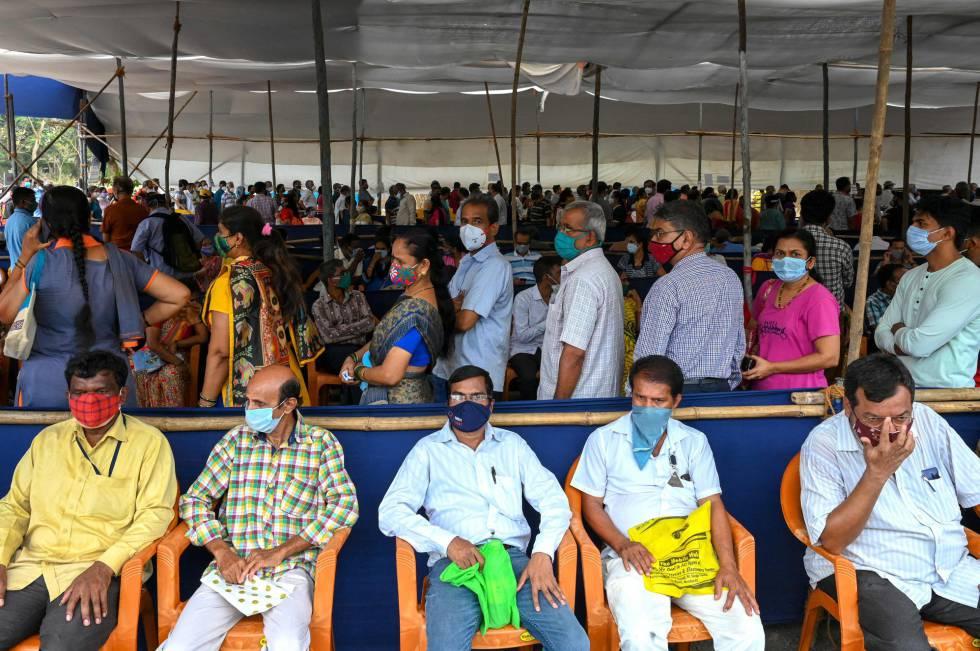 En medio de la emergencia, el Gobierno anunció la apertura de una vía rápida para aprobar el uso de otras vacunas importadas que ya hubieran conseguido licencia de uso en otro país. En la imagen, colas de gente para vacunarse en Bombay, este sábado.