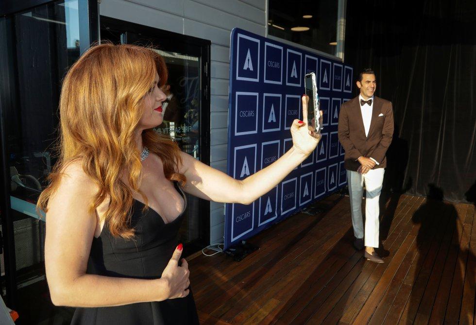 Isla Fisher y Sacha Baron Cohen, nominado en la categoría mejor actor de reparto por su trabajo como Abbie Hoffman en 'El juicio de los 7 de Chicago', esta noche en Sydney, Australia.