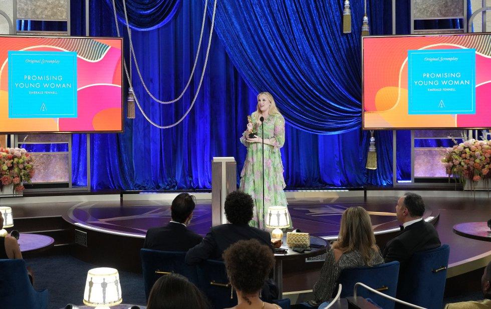 Emerald Fennell recibe el premio al mejor guion original por 'Una joven prometedora'.