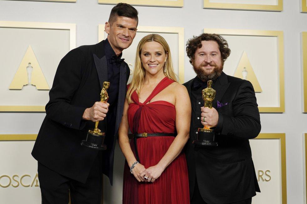 """Reese Witherspoon posa con Will McCormack (izquierda de la imagen) y Michael Govier, ganadores del 'galardón a mejor cortometraje de animación por 'If Anything Happens I Love You"""", en Los Ángeles, California."""