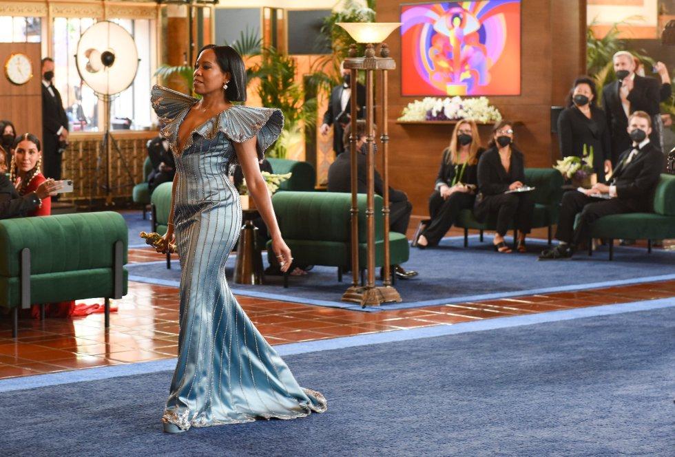 La actriz estadounidense Regina King presentó el Oscar al mejor guion adaptado.