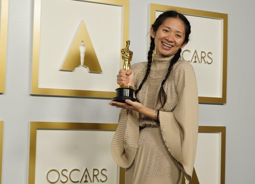 Chloé Zhao muestra su Oscar a mejor dirección por 'Nomadland', película que ha finalizado la gala con tres premios en su haber.