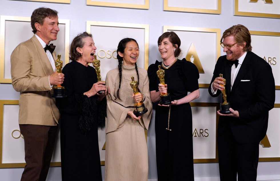 El equipo de 'Nomadland', con Chloé Zhao y Frances McDormand (tercera y cuarta desde la derecha, respectivamente), tras ganar en los Oscar.