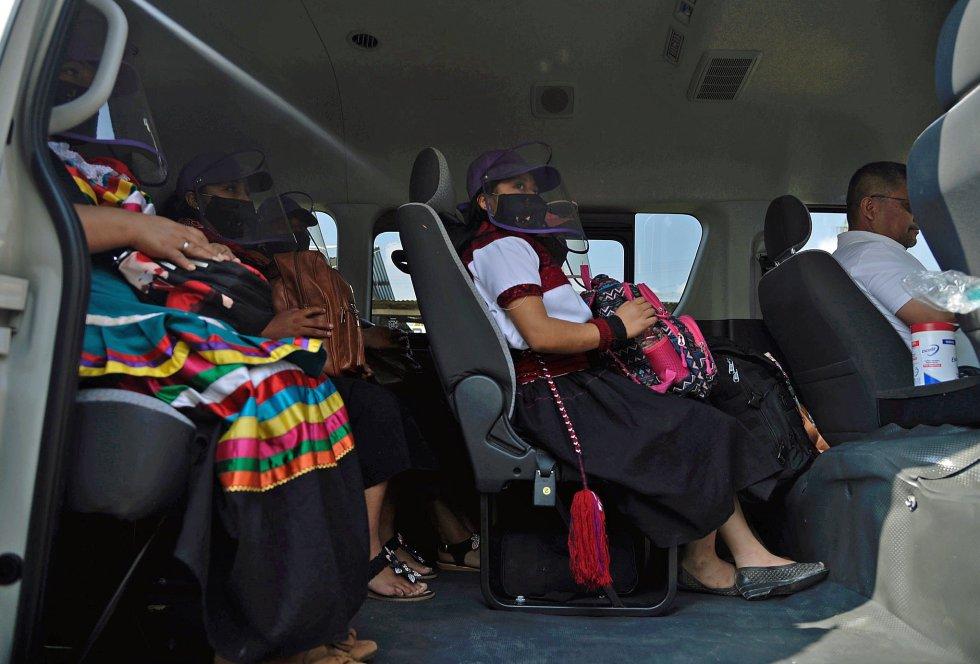 """El escuadrón está formado por siete personas, todas mexicanas y descendientes de los mayas, que """"comparten dolores y rabias con otros pueblos originarios de este lado del océano""""."""