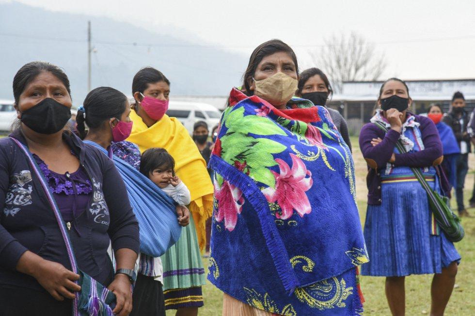 Un grupo de mujeres observa la ceremonia de despedida de la delegación que parte hacia Europa en el Caracol de Morelia, en Altamirano, este lunes.