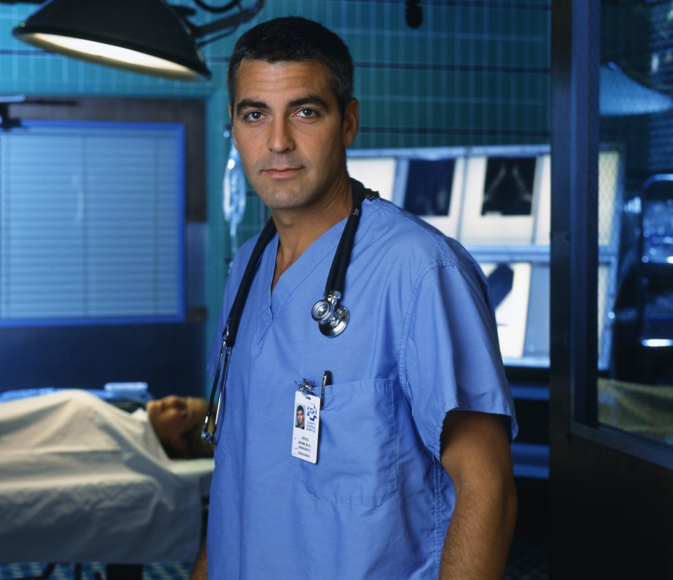 """El papel que le hizo saltar a la fama tanto en EE UU como en el resto del mundo fue el del cirujano Doug Ross de la serie 'Urgencias', en la que participó entre 1994 y 1999 en más de 100 episodios (aquí, en una foto de la cuarta temporada, en el año 2000). El equipo se volvió a juntar, aunque telemáticamente, el pasado mes de abril y de forma benéfica. En esa reunión, Clooney contó que ellos sabían de la trascendencia de la serie que estaban haciendo y de la suerte que tenían por ser parte de ella. """"En aquel momento todos pensamos: 'Guau, esto es una locura y sabemos lo afortunados que somos""""."""