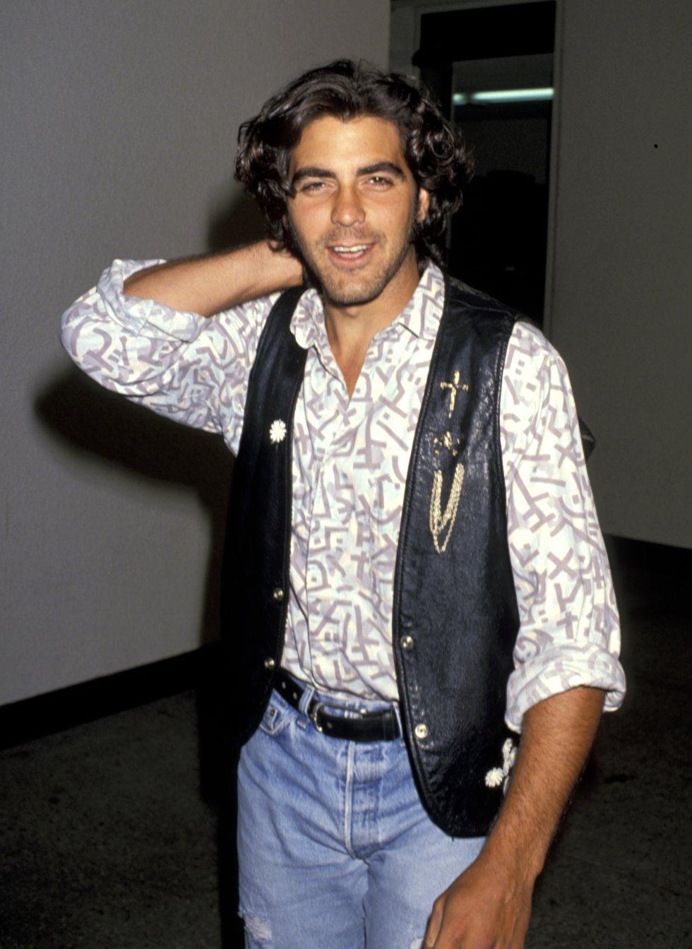 A finales de los años ochenta, sin haber llegado a cumplir los 30 años, Clooney empezó a convertirse en un rostro conocido de series y películas para televisión. Aquí, en Malibú en 1989.