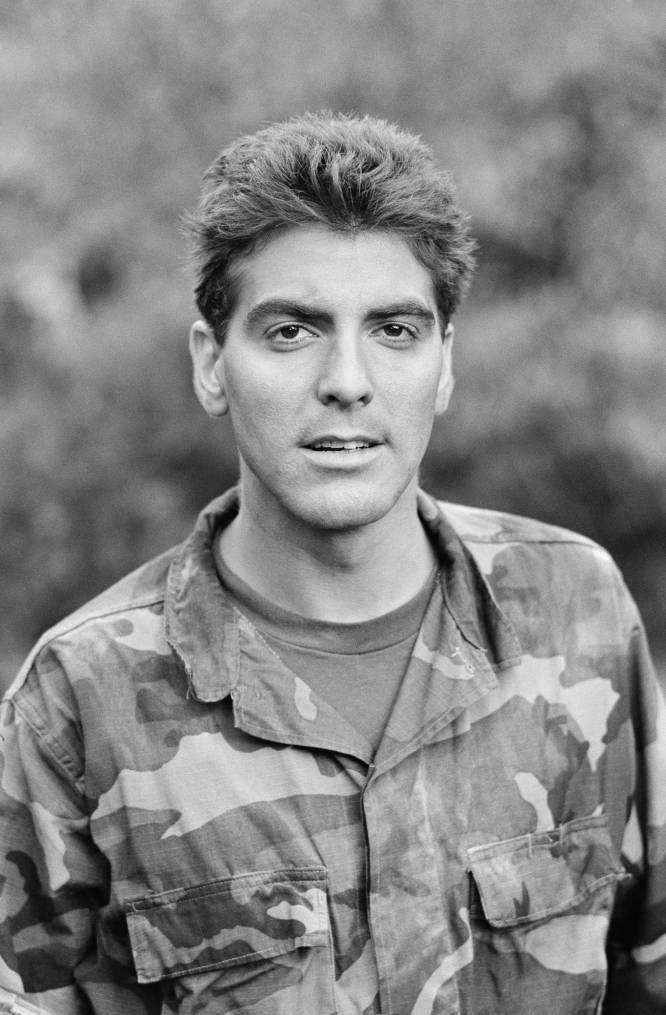 En 1986. Clooney se deshizo por un tiempo de la melena que le caracterizó en esa década para ponerse en la piel del mayor Biff Woods en la película 'Loca academia de combate'.