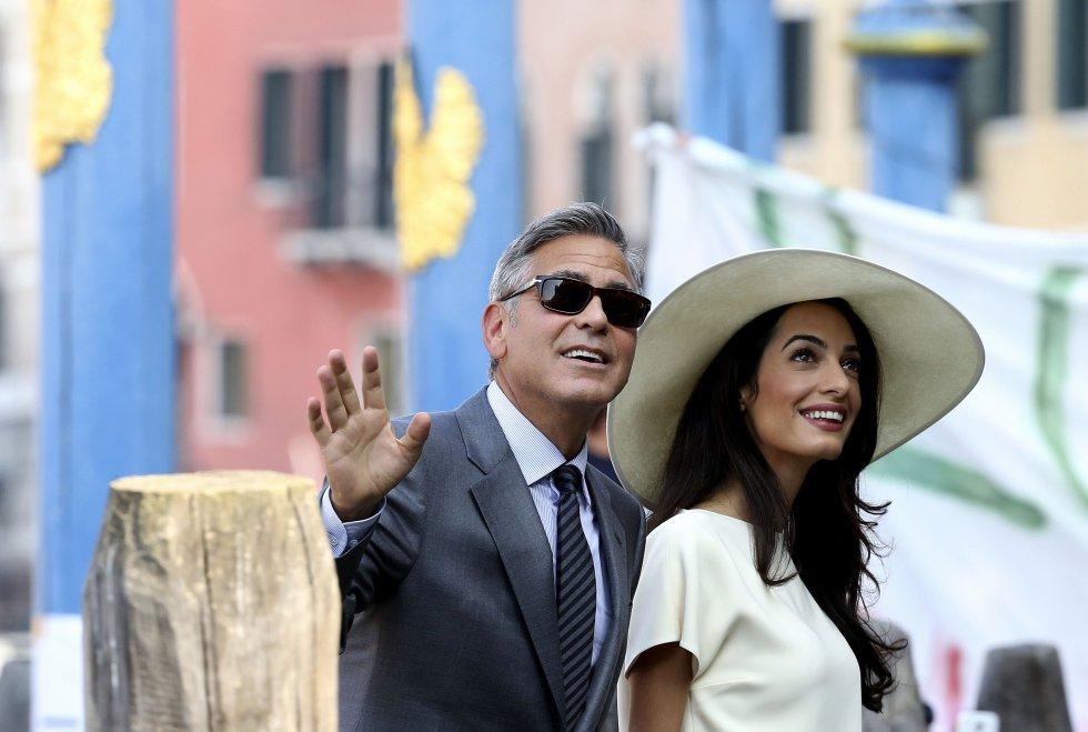 George Clooney y su mujer, Amal Alamuddin, a su llegada al Ayuntamiento de Venecia para la celebración de su boda civil, en septiembre de 2014. La pareja vivió un fin de semana de grandes fiestas en la ciudad italiana para celebrar su enlace.
