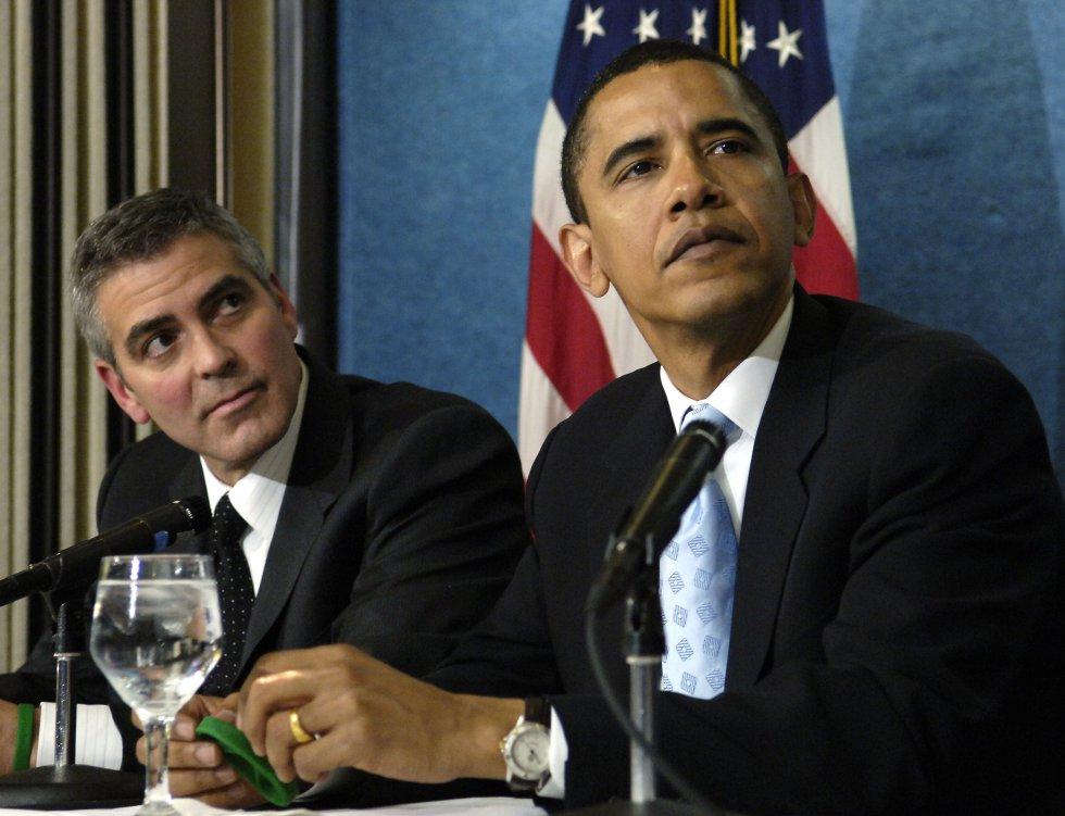 En la imagen, George Clooney en abril de 2006 con el entonces senador por Illinois Barack Obama, durante una conferencia de prensa en el Club Nacional de Prensa, en Washington, sobre la situación en Darfur (Sudán).