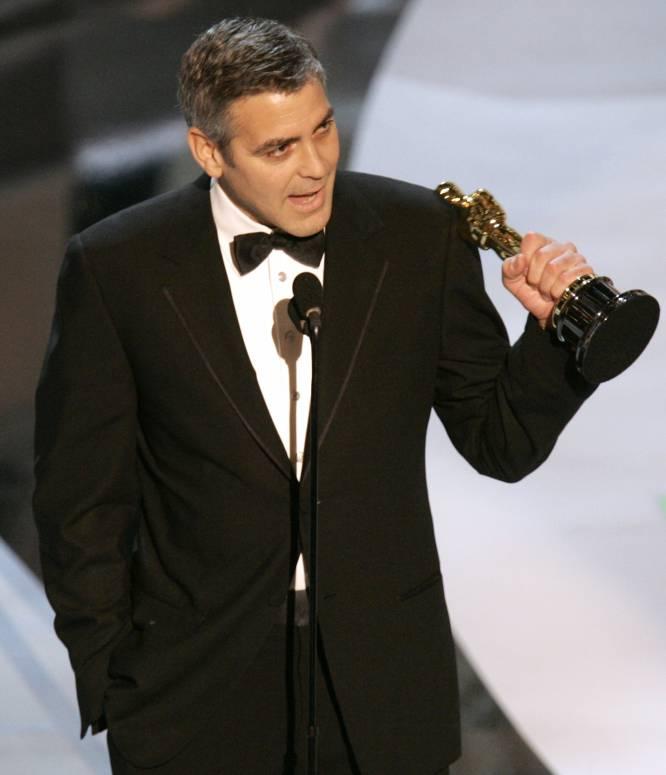 Pese a haber participado como actor en casi un centenar de títulos, haber dirigido una decena y producir unos 40, a Clooney no le han llovido demasiados premios. En total, ha estado nominado ocho veces al Oscar -como actor, en cuatro ocasiones-, pero solo ha ganado una, la primera, en 2006 por 'Syriana' (en la imagen). Como productor lo ha conseguido la última, en 2013 por 'Argo'.