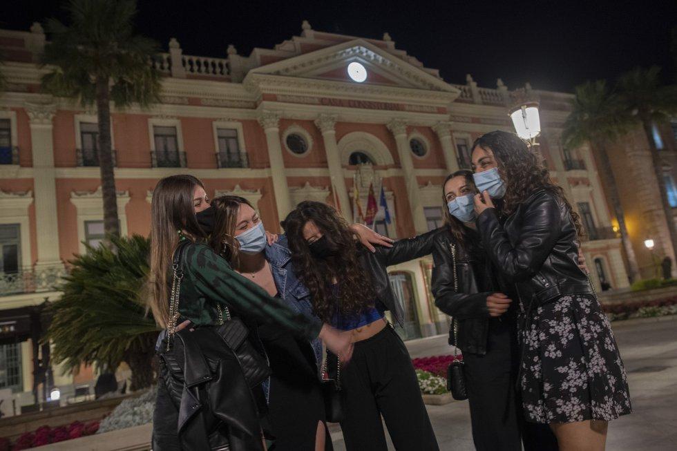 Un grupo de chicas celebra el fin del estado de alarma en la puerta del Ayuntamiento de Murcia.