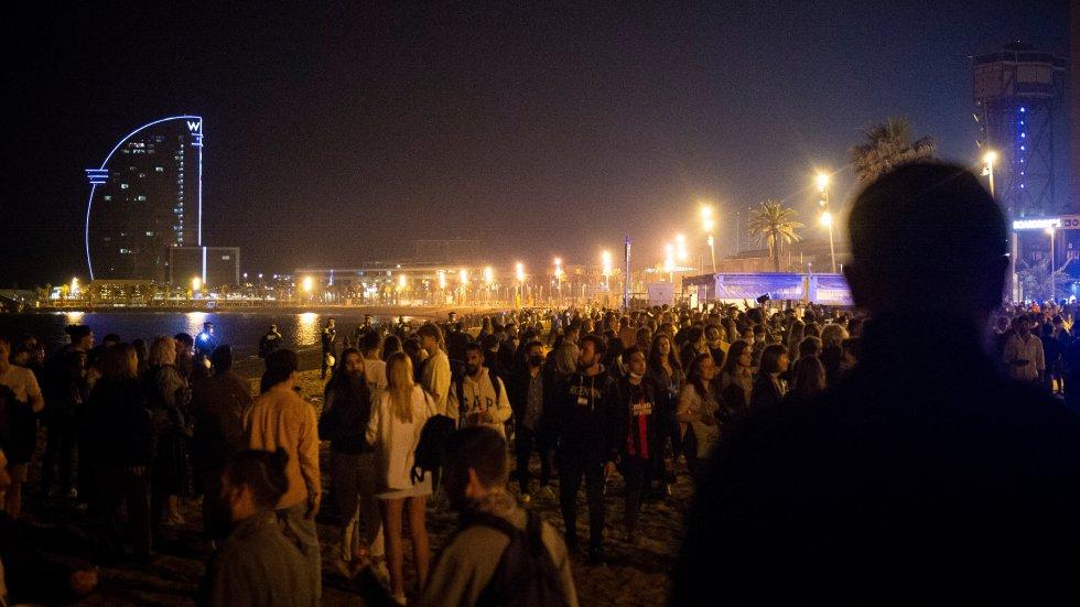 Celebración de la primera noche del final del toque de queda en el paseo de la Barceloneta. En Barcelona, el ruido llegó pasados unos minutos de la medianoche al paseo marítimo.