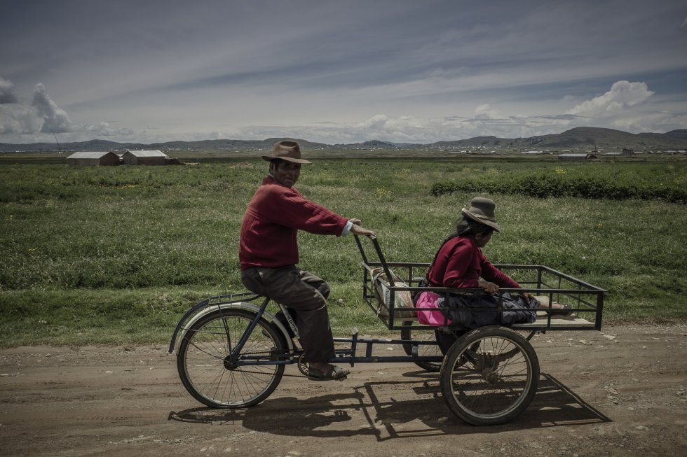 La mejor quinoa sigue siendo la del Altiplano, donde la fluctuación de los precios ha impactado en la vida de los pequeños productores. En la imagen, dos campesinos en Molloco: muchos agricultores de la zona han mejorado sus condiciones económicas en los años del 'boom' de la producción de esta semilla.