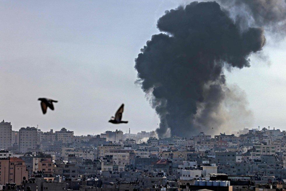 La crisis se ha extendido también a Cisjordania, donde se han producido enfrentamientos con el Ejército en puestos de control fronterizos y, por primera vez, también a ciudades de Israel con mayoría de población árabe. En la imagen, columnas de humo sobre la ciudad de Gaza tras un ataque israelí, este martes.