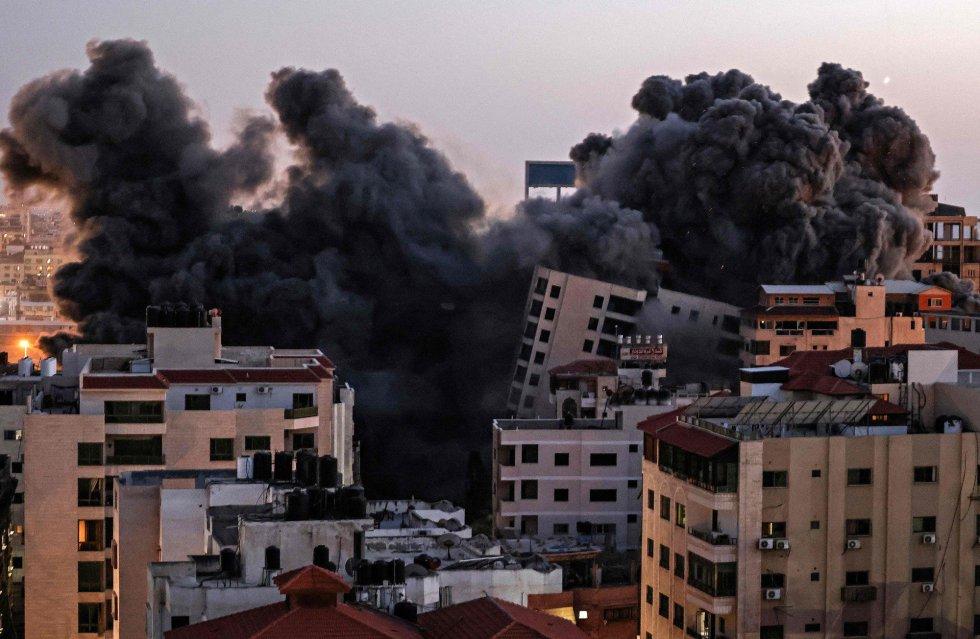 La ofensiva israelí ha causado heridas a otras 296 personas. En la imagen, columnas de humo tras un ataque aéreo israelí contra el compleo de Hanadi, en la ciudad de Gaza, controlado por el movimiento Hamas.