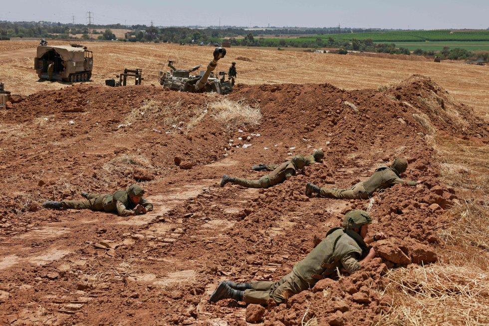 Los soldados israelíes toman posiciones cerca de Sderot, en el sur de Israel, en la frontera con la franja de Gaza controlada por Hamás.