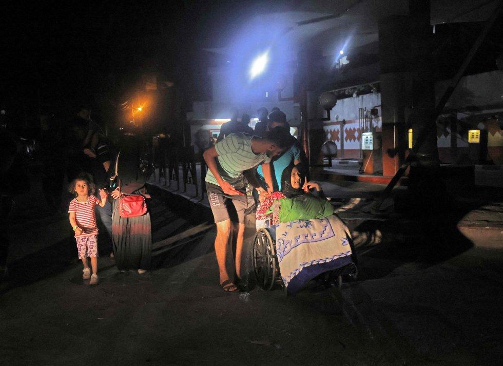 Familias palestinas evacúan sus hogares en la ciudad de Gaza.